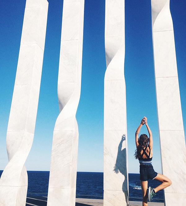 待身体平衡后,再将左脚置于右脚斜后侧靠近臀部下方的位置,左脚脚尖点